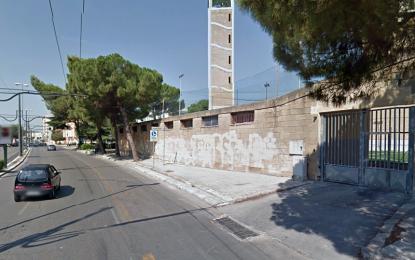 Tremendo scontro tra due auto a Lecce nella notte, finiscono una sopra l'altra. Coinvolto un 29enne guagnanese