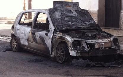 Un incidente d'auto e una macchina incendiata: un sabato sera movimentato a Guagnano