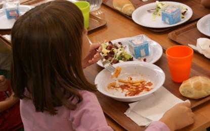 I genitori dei bambini sul piede di guerra: «O si cambia azienda o i bimbi non pranzeranno più a scuola!»