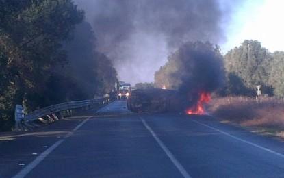 Violento scontro tra due auto ieri mattina tra Guagnano e San Pancrazio. Una si ribalta e prende fuoco