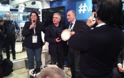 """""""Spiagge"""" consegna al primo cittadino di Guagnano il Premio alla Comunicazione 2015"""