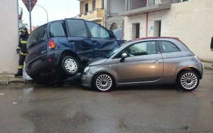 Impatto all'incrocio tra via Kennedy e via De Gasperi, le auto finiscono una sull'altra