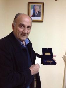 Il sindaco guagnanese Fernando Leone con il riconoscimento