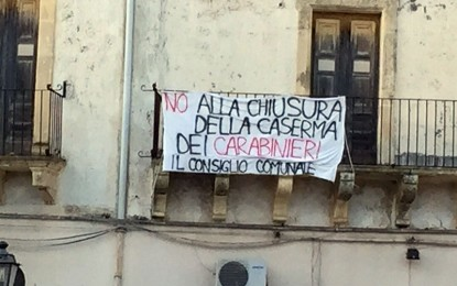 """""""No alla chiusura della Caserma dei Carabinieri"""", il Consiglio Comunale di Salice espone uno striscione in piazza"""