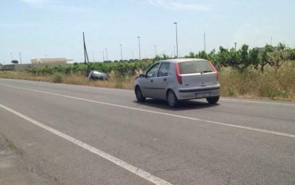 Urta un'auto ferma sul bordo della strada e la scaraventa nel terreno adiacente. Nessuna conseguenza per il guidatore
