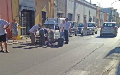 Travolto da un Fiorino mentre attraversa la strada, finisce in ospedale un 89enne di Guagnano L'anziano è stato subito soccorso dal conducente del mezzo e dai residenti. Sul posto i Vigili Urbani.