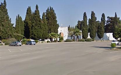 Attivo il bus navetta per il cimitero. Il primo cittadino di Salice: «Sarà ridotto il flusso di autovetture all'interno del parcheggio»