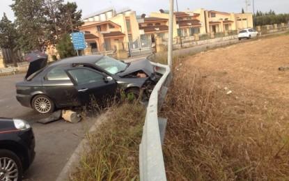Si schianta su un guardrail tra Guagnano e Villa Baldassarri, lascia l'auto e va via