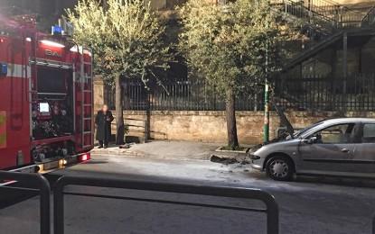 Un'auto si incendia mentre è in transito in via Veneto. Fiamme domate dai Vigili del Fuoco di Veglie