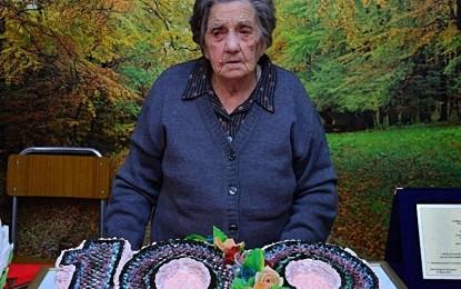 Nonna Giovanna spegne cento candeline, ieri l'Amministrazione Comunale di Veglie l'ha festeggiata nella struttura che la ospita Alla cerimonia erano presenti anche i sindaci di Salice e Veglie, Pippi Tondo e Claudio Paladini.