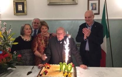 Trepuzzi omaggia nonno Luigi nel giorno del suo 100esimo compleanno