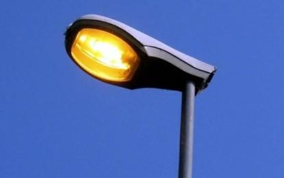 Leverano, palo della luce precipita mentre un'auto è in transito