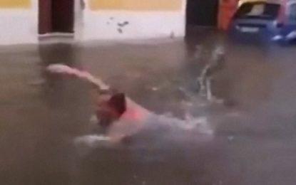 Una bomba d'acqua allaga le strade di Trepuzzi, un residente si tuffa e si fa una nuotata