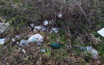 Novoli, rifiuti abbandonati ai lati del viale che conduce alla Fòcara