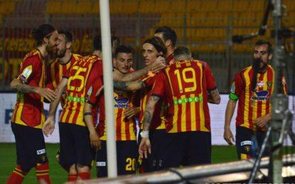 US Lecce, i salentini battono il Cosenza e si portano al primo posto con il Brescia